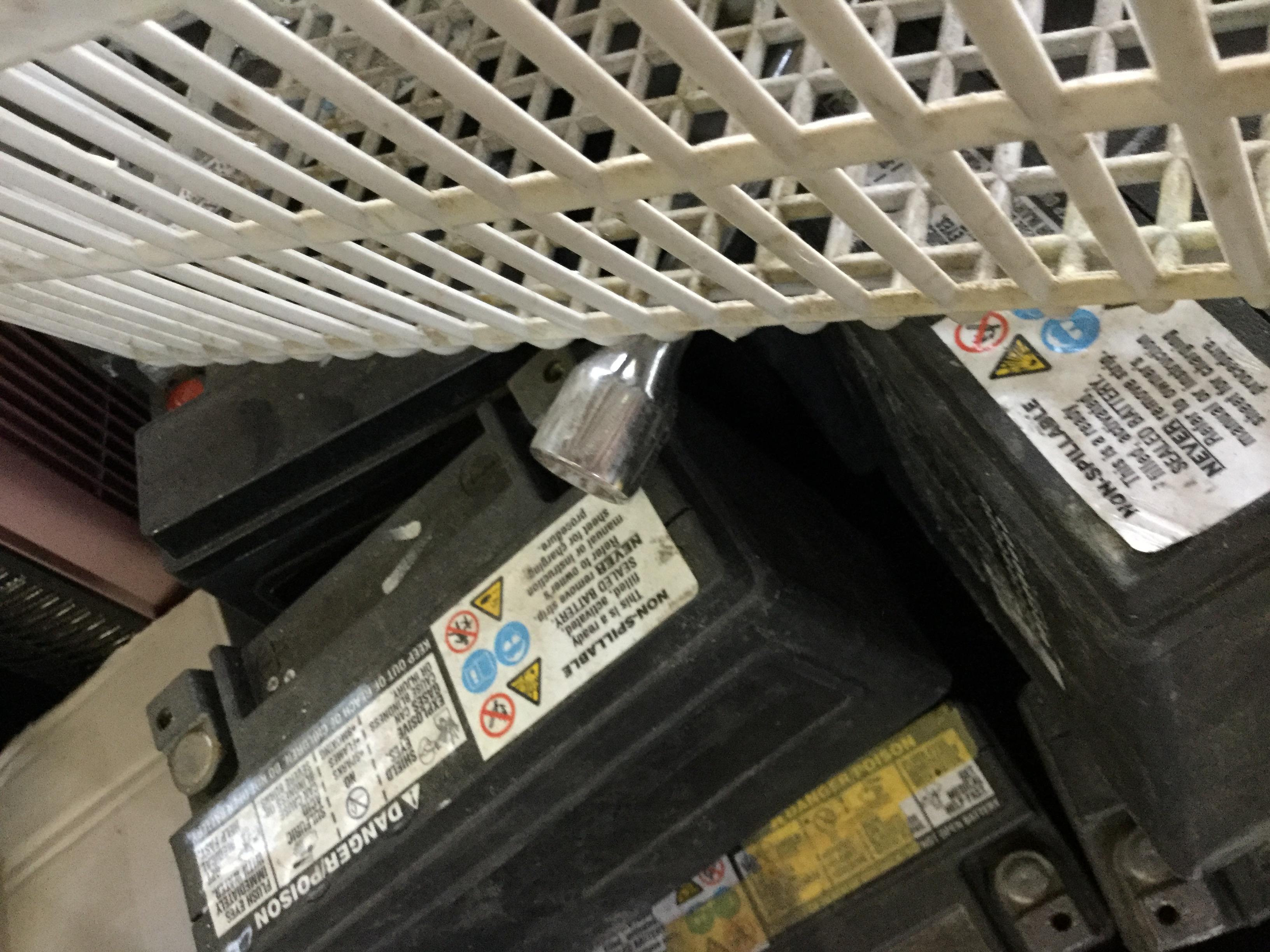 姫路市で冷蔵庫と一緒に回収したバッテリー